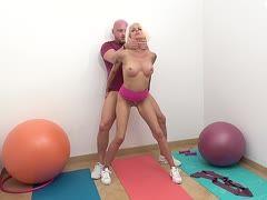 Blonde Milf bei der Gymnastik gevögelt